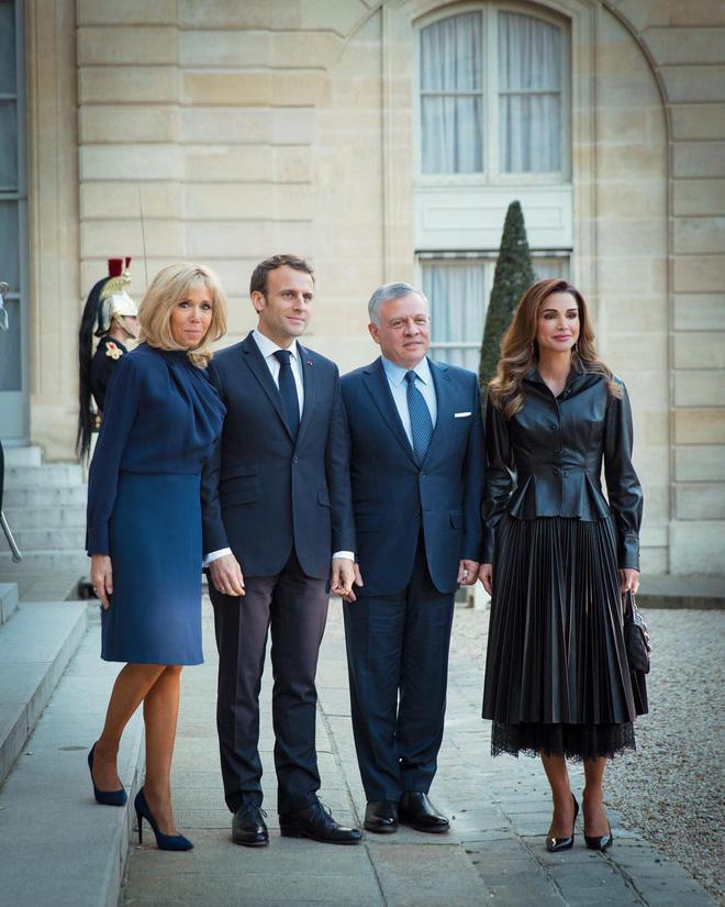 """Thân hình đầy đặn hơn người mẫu, Hoàng hậu Rania vẫn diện đẹp xuất sắc bộ cánh khó nhằn"""" nhờ chi tiết nhỏ xíu"""