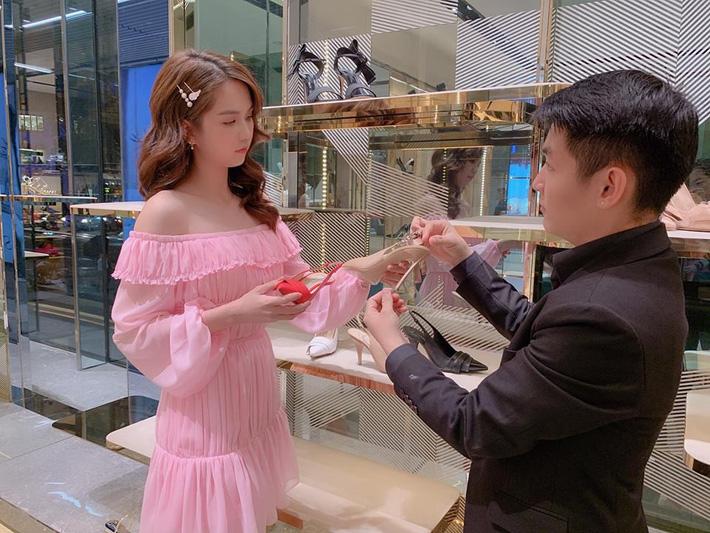 Diện màu hồng là auto xinh và trẻ, nhưng với bộ đồ này thì Ngọc Trinh lại… sai quá sai rồi!