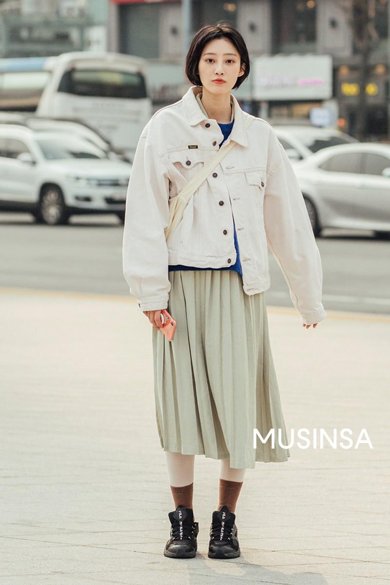 Street style giới trẻ Hàn tuần qua chứng minh đỉnh cao của mặc đẹp chính là lên đồ đơn giản hết cỡ nhưng vẫn đẹp hết nấc