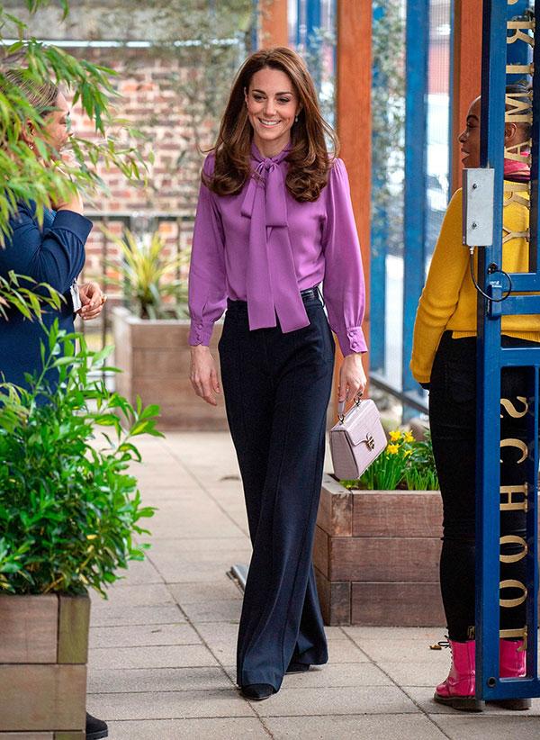 Lên đồ như nàng công sở thứ thiệt, Công nương Kate được khen nức nở dù chọn màu áo siêu khó nhằn