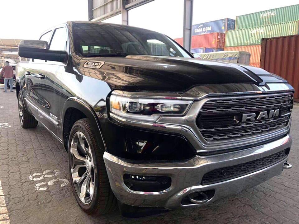 Ram 1500 Limited hàng hiếm giá 4,5 tỷ đồng cập cảng Việt Nam - xe độc cho khách Việt không thích Ford F-150 Raptor