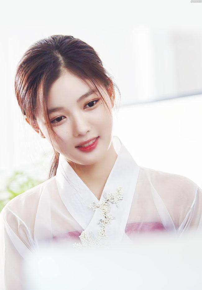 Vẻ đẹp xuất thần của cô gái 19 tuổi xinh nhất xứ Hàn